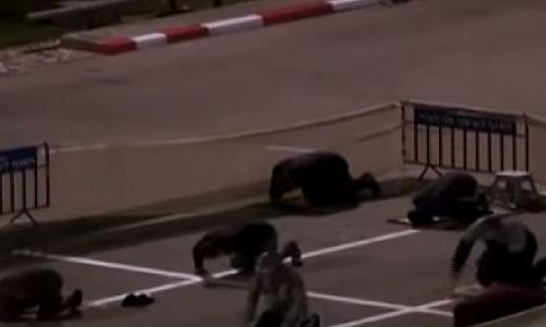 Muslim Israel salat Tarawih di parkiran